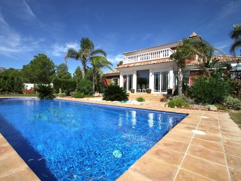 Two-storey villa with a swimming pool for a tour between the ...